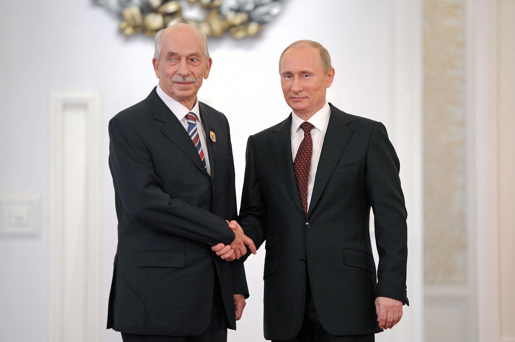 2012 год. Академик Б.А.Трофимов получает из рук В.В.Путина Государственную премию РФ.